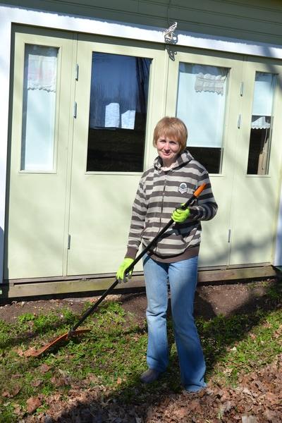 d4b13a29e3d Traditsiooniliselt pesi Triinu kõik seltsimaja aknad puhtaks. Tänu  tüdrukutele sai maja ümbrus lehtedest puhtaks. Naistel oli talgutööks puude  ladumine ...